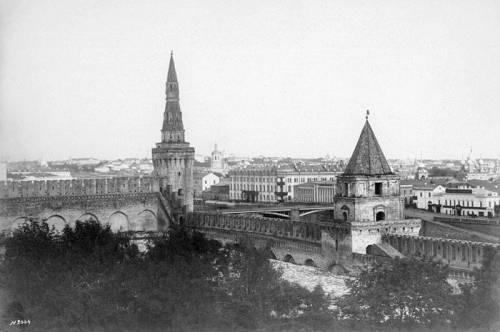 Московский Кремль Москворецкая и Петровская башни